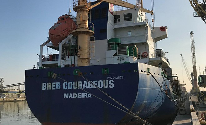 Motore in panne, mercantile contro banchina Pir e supply vessel