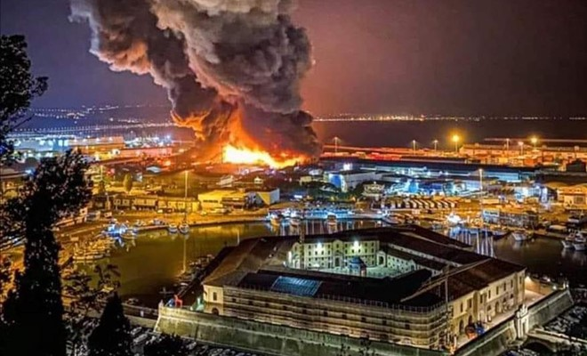 Esplosioni e incendio nel porto di Ancona