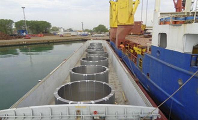 Il porto corre sul fiume verso la Lombardia
